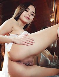 Asian beauty Li Moon flaunts her delectable body in the bedroom.tina f met art