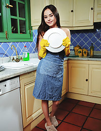 Li Moon bares her sexy body in her apron as she wash the dishes.kristel met art
