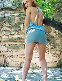 Lucretia K flaunts her beautiful tits as she strips outdoors.ella met art